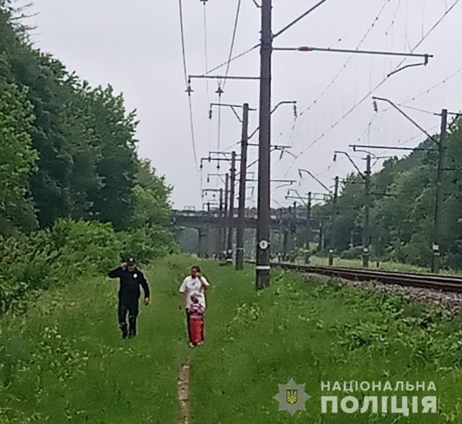 На Житомирщині жінка разом з маленькою донькою хотіла кинутись під потяг