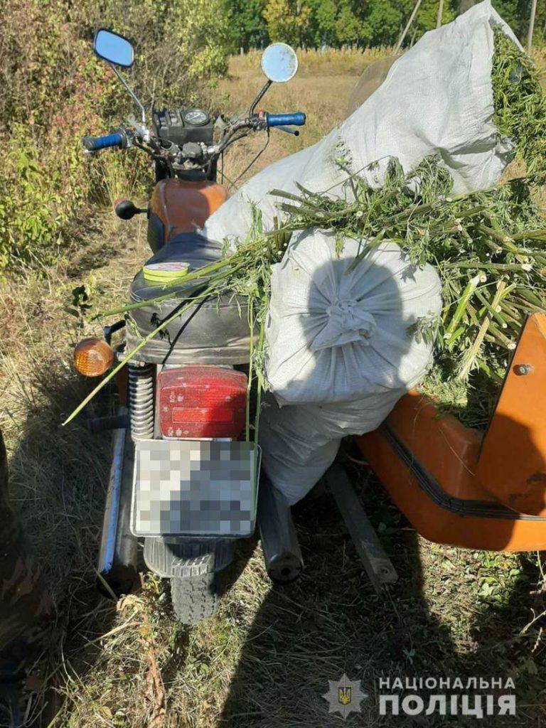 Мотоцикліст з мішками коноплі влаштував перегони з поліцією на Житомирщині