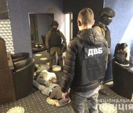 Спроба третя: у центрі Житомира поліцейські знову винесли обладнання з підпільного грального залу